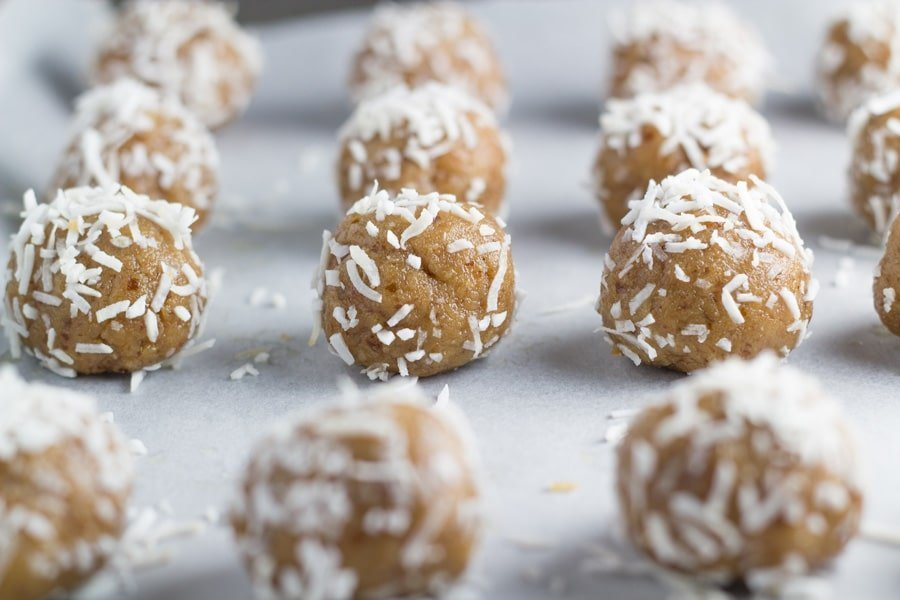 Nut Free Caramel Fudge Bliss Balls. These bliss balls are also gluten, dairy and refined sugar free, making them perfect for children's lunchbox. They are also suitable for both vegan and paleo lifestyles. SO GOOD!