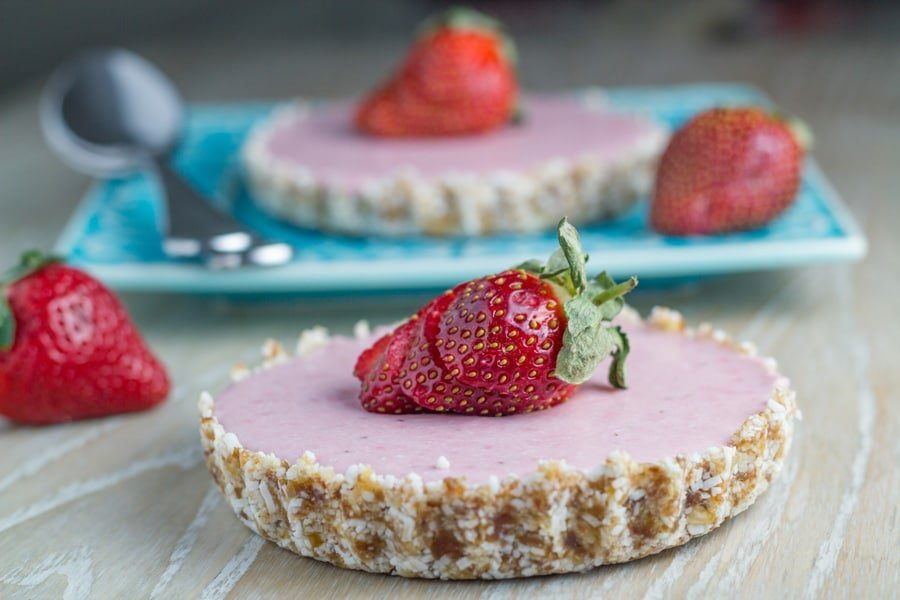 Raw Strawberry Mousse Tart. This gorgeous dessert is nut, gluten, dairy and refined sugar free. How amazing is that !!