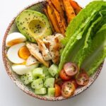 Lemon Garlic Chicken Buddha Bowl. This salad is super simple to make and is packed full of delicious flavours. Use dinner leftovers to save more time!