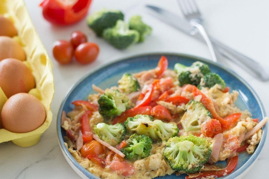 Eggs, bacon, broccoli, tomato and capsicum make this keto breakfast scramble super healthy and oh so tasty. Plus it only takes 15 minutes to make so is perfect for when you are short on time in the morning.