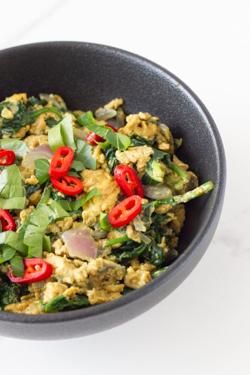 Curry Scrambled Eggs! Easy to make scrambled eggs with onions, garlic and flavoured with curry spice. A super healthy breakfast or brunch that you can make in under 10 minutes.