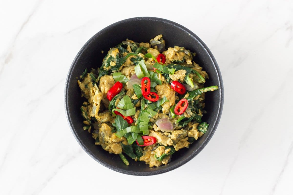 Curry Scrambled Eggs! Easy to make scrambled eggs with spinach, onions, garlic and flavoured with curry spice. A super healthy breakfast or brunch that you can make in under 10 minutes.